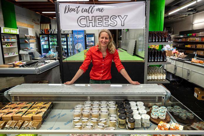Natascha de Rooij in haar nieuwe veganistische winkel Vmarkt aan het Brouwersplein in Arnhem.