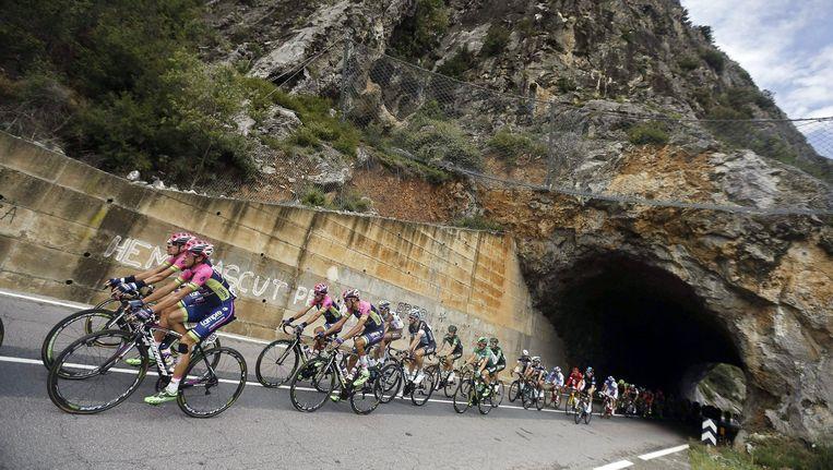 Het peloton passeert Escaldes, Andorra. Beeld epa
