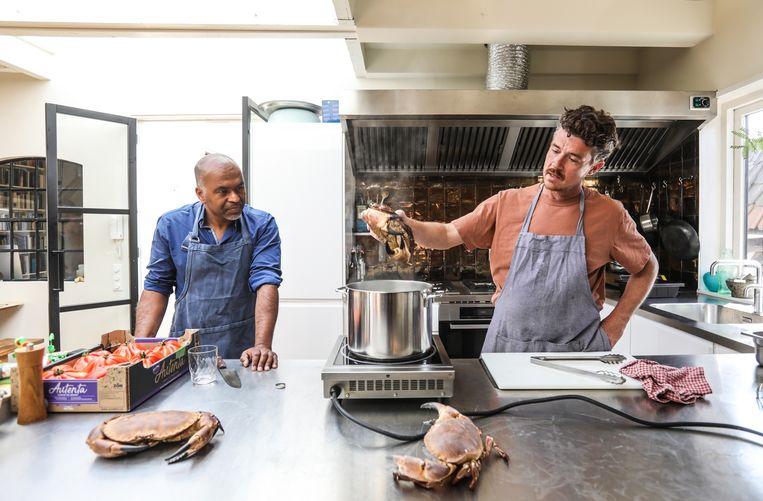 Gilles van der Loo maakt in zijn keuken krabpastei met Chris Polanen. Beeld Eva Plevier