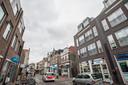 Haagdijk, met rechts een van de vele kapperszaken die de straat rijk is.