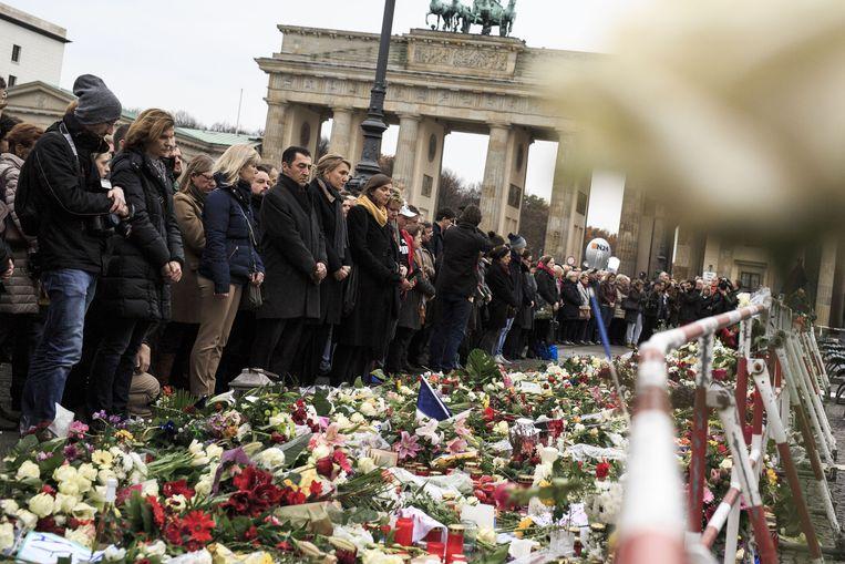 Honderden Duitsers komen maandag rond het middaguur samen voor de Franse ambassade in Berlijn om stil te staan bij de gebeurtenissen in Parijs. Beeld getty