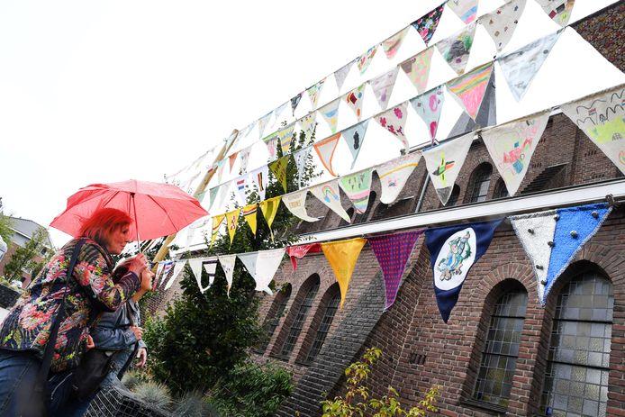 Nispen staat twee dagen lang in het teken van Nispen Inspireert, een cultureel evenement. Dat werd afgetrapt met een vlaggenslinger waar alle Nispenaren aan mee hebben gewerkt.