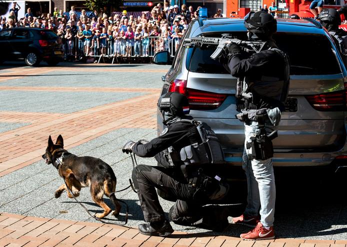 Mijdrecht - Een zwaarbewapend arrestatieteam komt aan op het Raadhuisplein om vuurwapengevaarlijke bankovervallers in te rekenen. Het was een demonstratie tijdens de Veiligheidsdag van de VRU (Foto Marnix Schmidt)