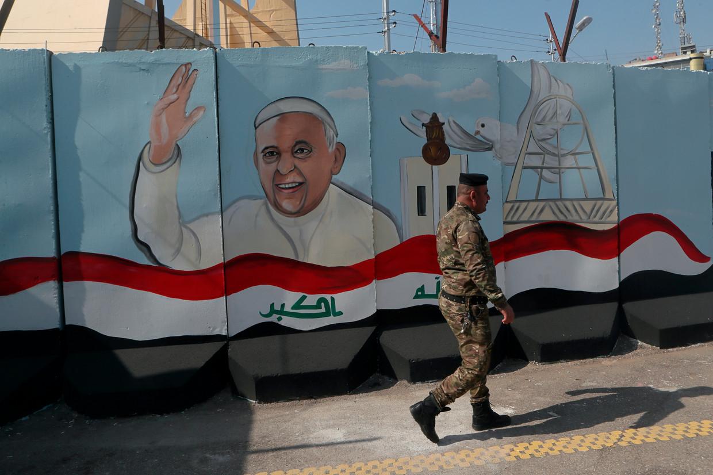 Een muurschildering in Bagdad kondigt het bezoek van paus Franciscus aan. Beeld AP