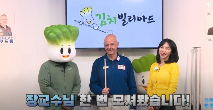 Jean Paul de Bruijn te midden van de twee presentatoren in Zuid-Korea.