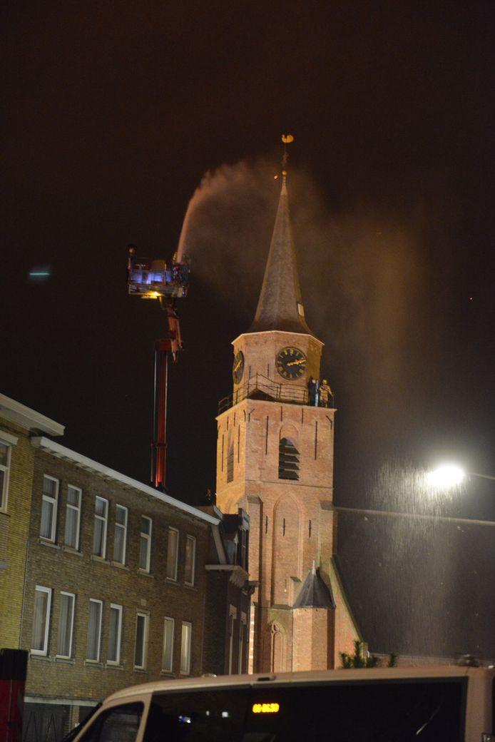De kerk in Scheveningen wordt natgehouden om te voorkomen dat hij vlam vat.
