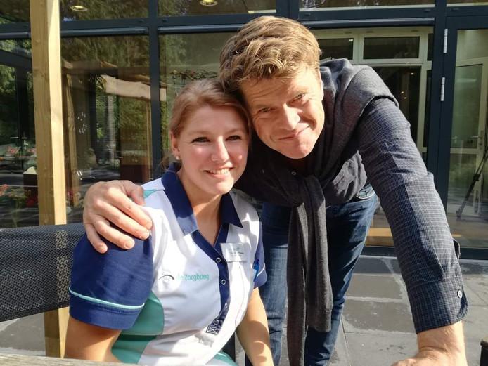 Beau van Erven Dorens met een medewerkster van hospice De Populier in Bakel.