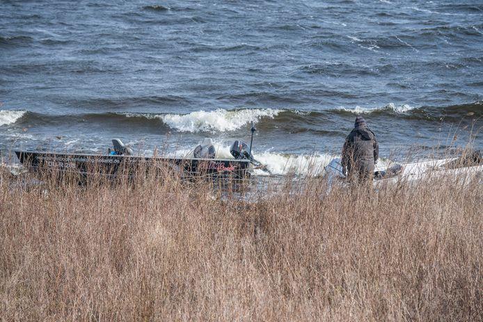 Drie boten strandden op de kant van het Schelde-Rijnkanaal.