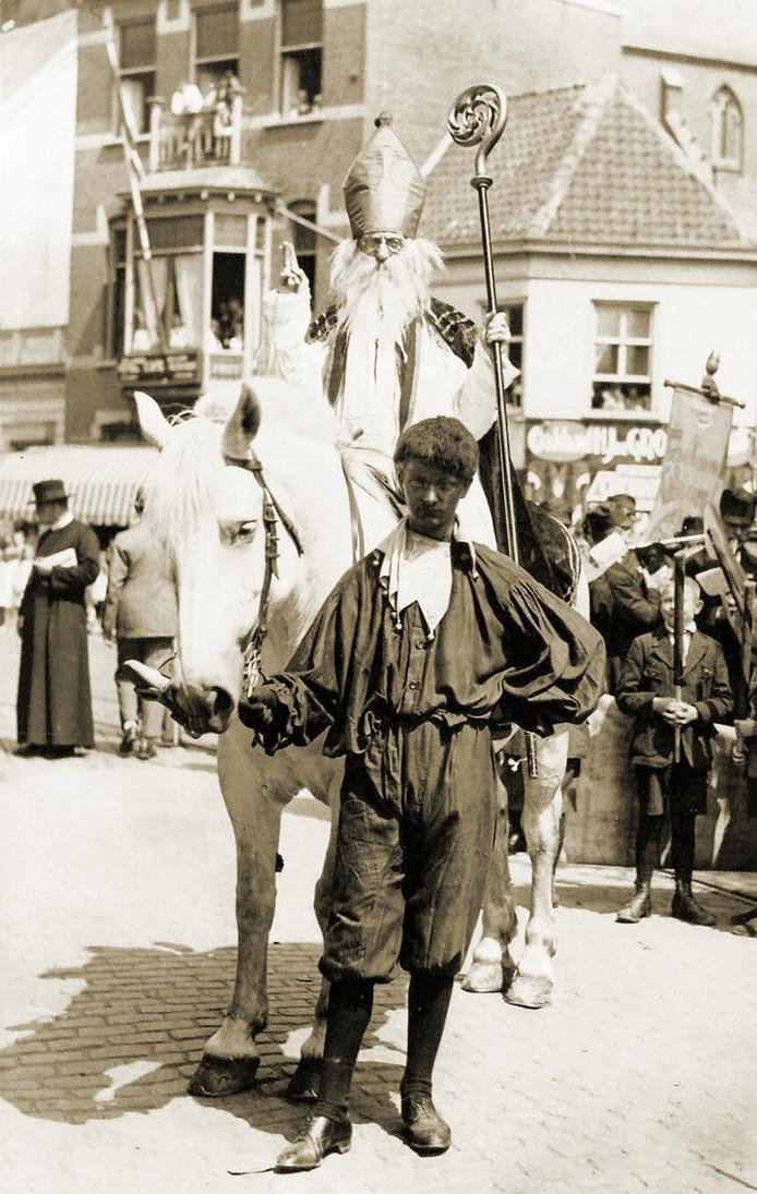 Frie van Moorsel was van 1920 tot 1939 Sint in Tilburg. Sint-Friecolaas had de reputatie dat hij een stevige borrrel luste.