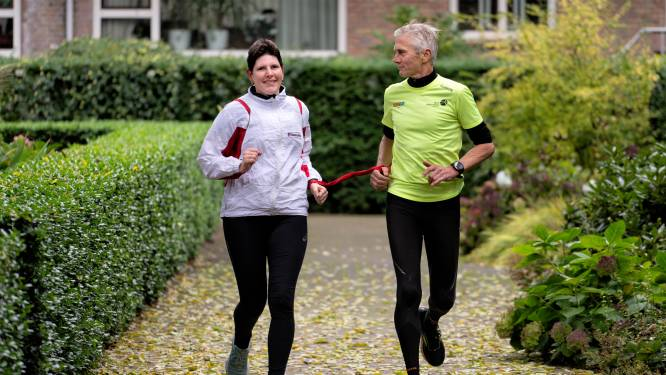 Zij zien niks, maar lopen wél mooi de marathon: 'Je bent toch bang dat je over een stoeprand valt'