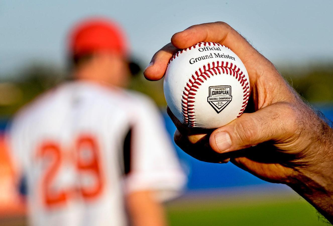 Eén van de dik 2000 ballen, die op dit moment bij het Europees kampioenschap honkbal in Nederland worden gebruikt.
