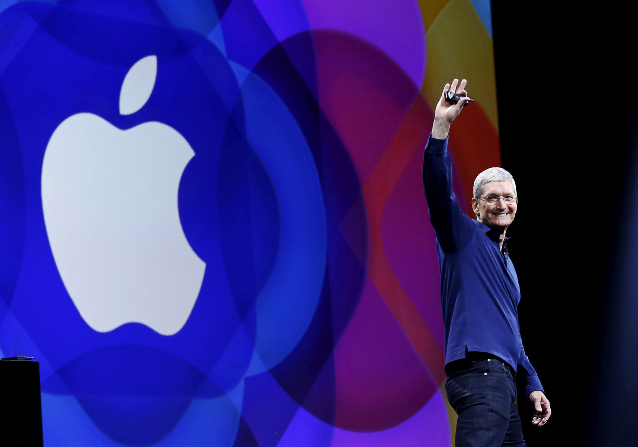 Apple-ceo Tim Cook  op de WWDC van 2015. Software, niet hardware staat daar centraal: het week durende evenement is speciaal bedoeld voor bedrijven en experts die software ontwikkelen voor alle Apple apparaten. REUTERS/Robert Galbraith/File Photo