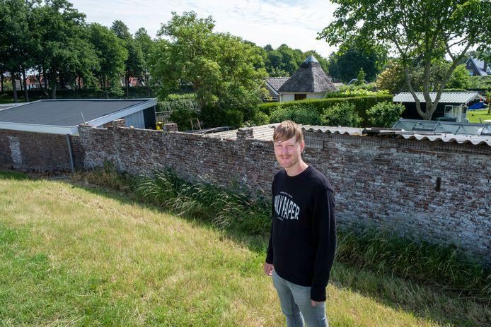 """Een huisnummer is er niet, maar volgens Thomas Mulder moet achter dit muurtje aan de Breedegang het kruisbessentuintje van Heintje van Hamberg hebben gelegen. ,,Zo groot was het toen niet, maar in de loop der tijd zijn percelen samengevoegd."""""""