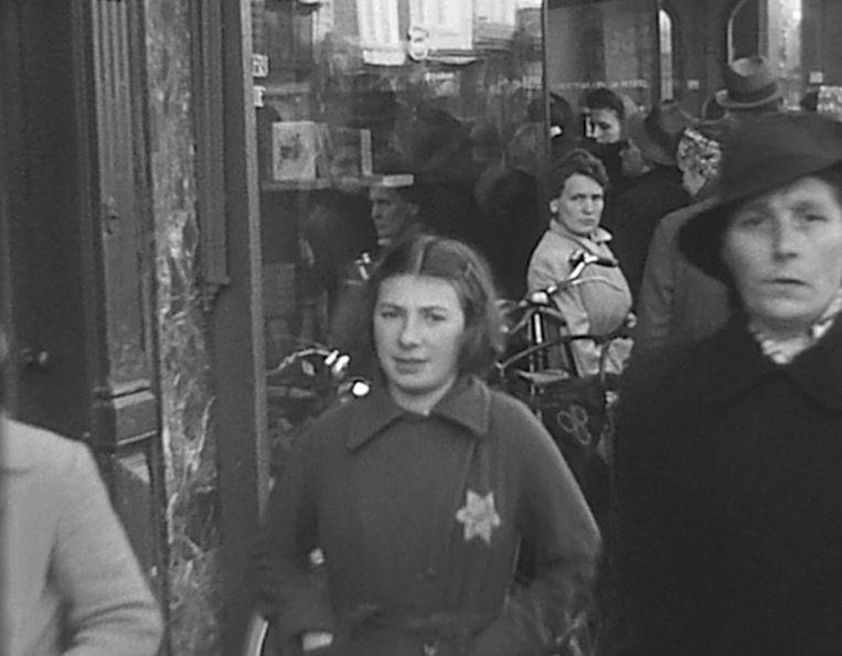 Een meisje met Jodenster in Den Haag. Amateurbeelden van film Oorlog in Den Haag - Gefilmd Verleden 1940 – 1945 van het Haags Gemeentearchief. Beeld Haags Gemeentearchief