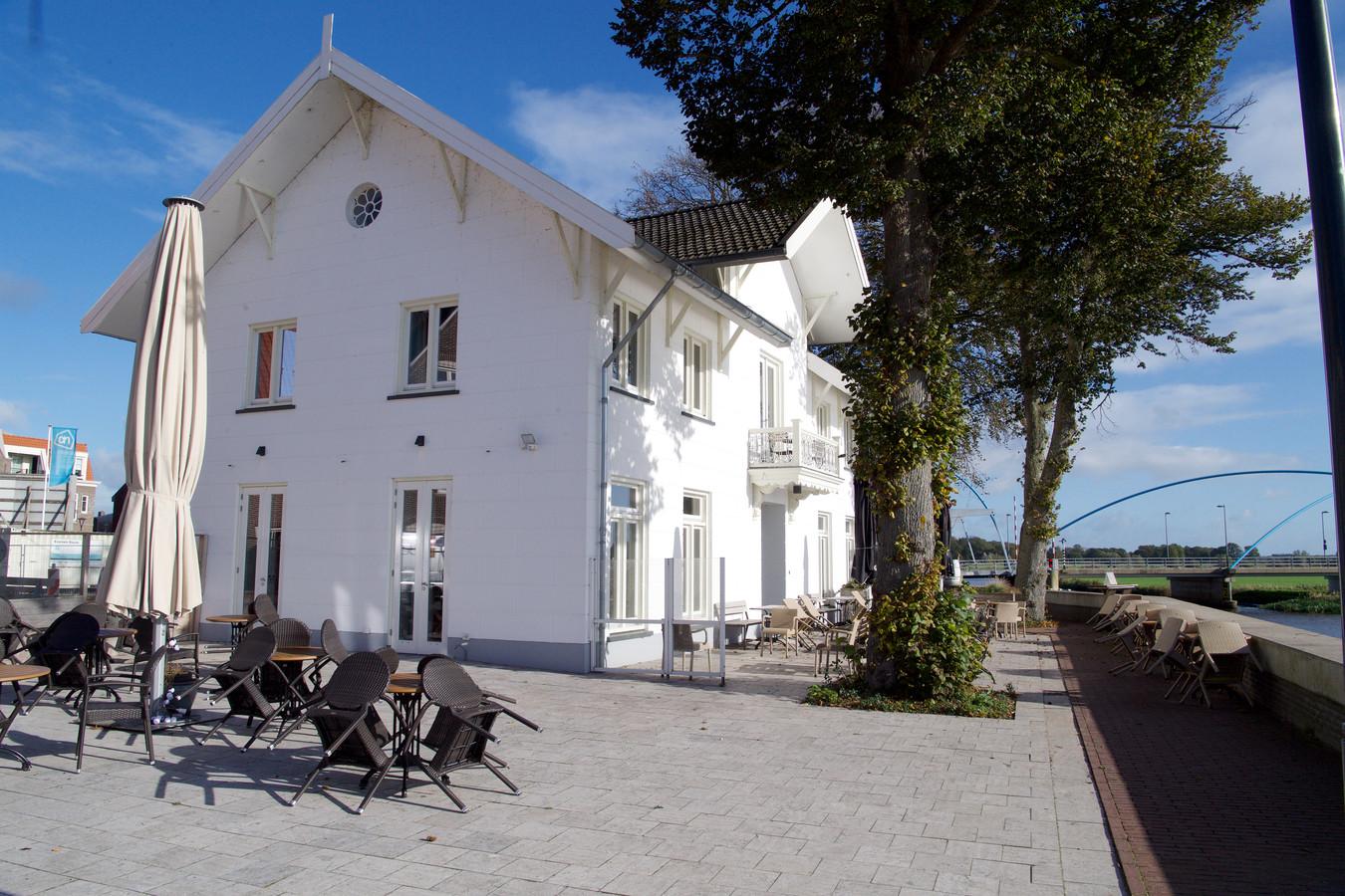De markante witte villa waarin Hendrik's Kitchen was gevestigd.