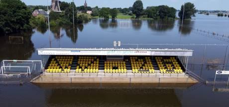 Een heel bijzonder uitzicht vanaf de hoofdtribune van voetbalclub Wilhelmina'26 in Wijk en Aalburg