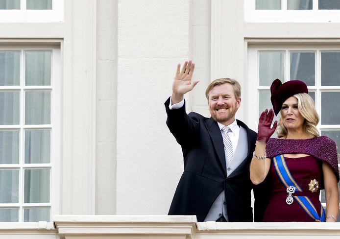 Koning Willem-Alexander en koningin Maxima zwaaien naar omstanders vanaf het balkon bij Paleis Noordeinde