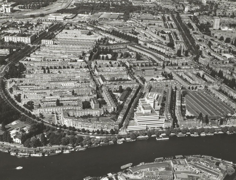 De Rivierenbuurt in 1983, gezien vanuit de lucht ter hoogte van de Omval. Beeld Stadsarchief