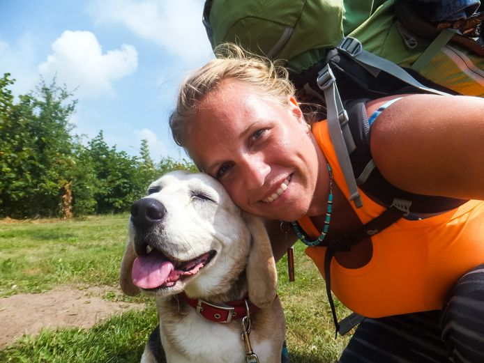 Mijke (39) loopt tegenwoordig met haar hond.