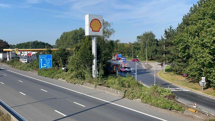 Pour une raison encore inconnue, la voiture des trois Français a percuté la jonction en béton entre l'autoroute et la sortie du parking de la station-service