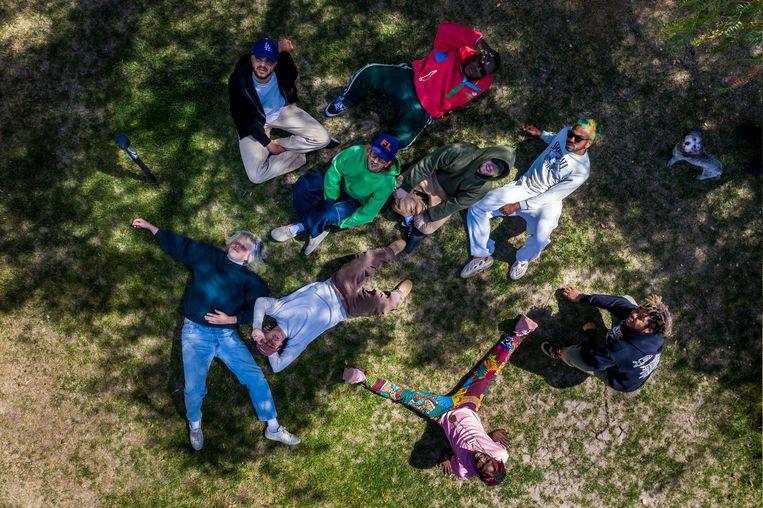 Brockhampton in de tuin van frontman Kevin Abstract (in grijs joggingpak) in Hidden Hills.  Beeld Photo News