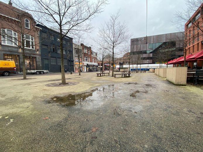 Het Catharinaplein in Eindhoven ligt er niet al te fraai bij. Op de achtergrond de tent waar momenteel werkzaamheden aan de bestrating plaatsvinden