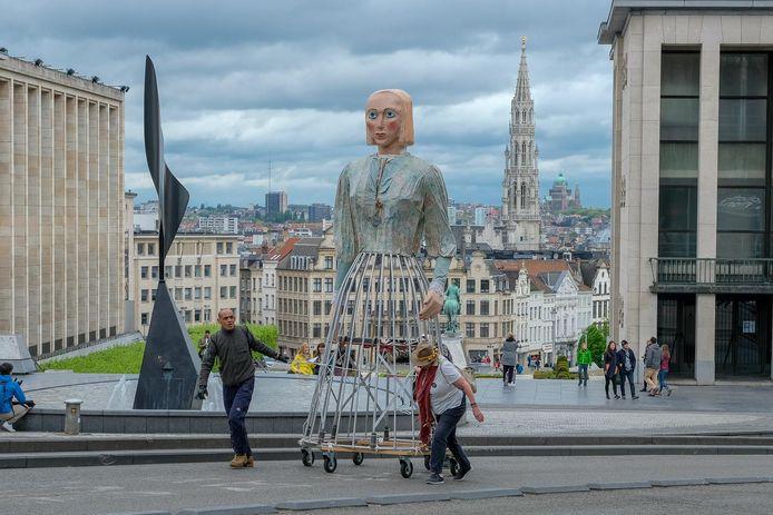 De reuzen verhuizen van Brussel-Centraal naar de Coudenberg.