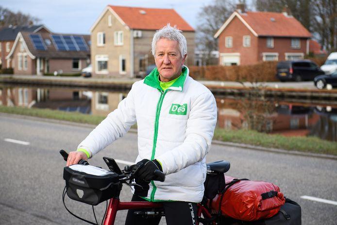 Wybren Bakker op de fiets door Overijssel. Hier bij het kanaal Almelo-De Haandrik in Geerdijk.