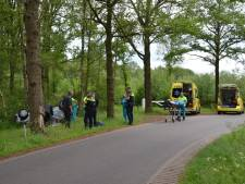 Auto over kop en in greppel in Terschuur: drie gewonden