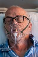 Coronapatiënt Bram Belder (68) is uitgeput van de ochtend. Hij was gewassen en de dokters waren op bezoek geweest.