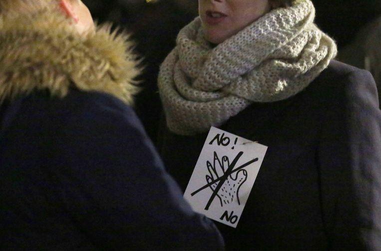Duitse vrouwen protesteren tegen seksueel geweld voor de kathedraal in Keulen. Beeld EPA