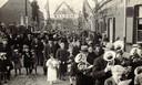 De viering van een gouden jubileum in de straten van Kachtem in 1937.