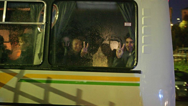 De opgepakte activisten van Greenpeace worden per bus naar het kantoor van de onderzoekscommissie in Moermansk vervoerd. Beeld ANP