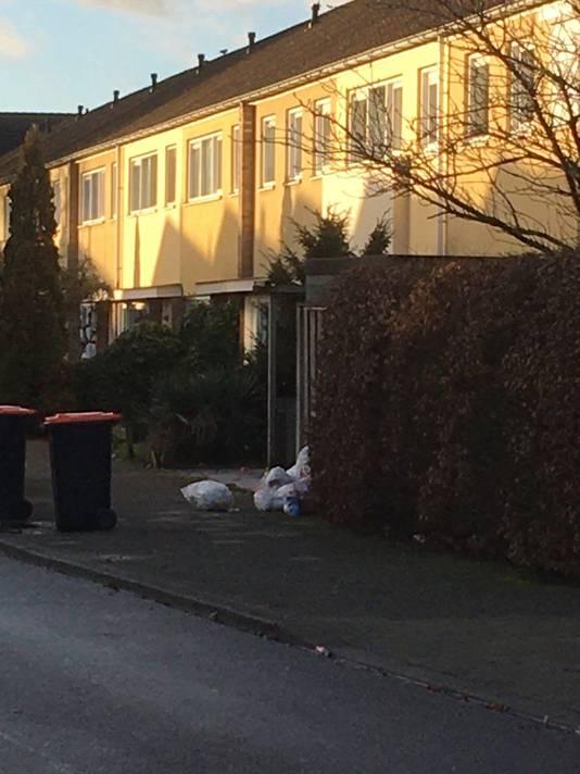 Sommige huishoudens boden hun afval nog in zakken aan. Die worden vrijdag opgehaald tijdens een extra opruimronde.