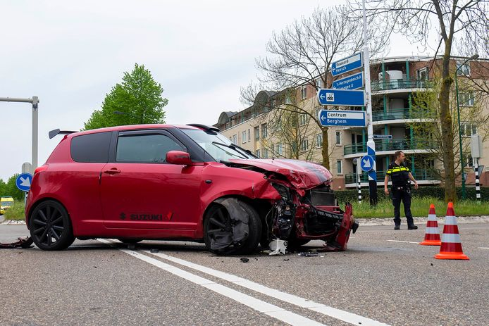 Twee auto's zijn dinsdagmiddag rond 13.40 uur op elkaar gebotst op de John F. Kennedybaan is Oss.