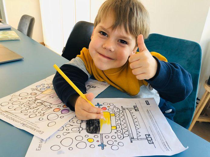 Mattheo (4) is in ieder geval erg in zijn nopjes met de kleurplaat die zijn vader ontwierp.