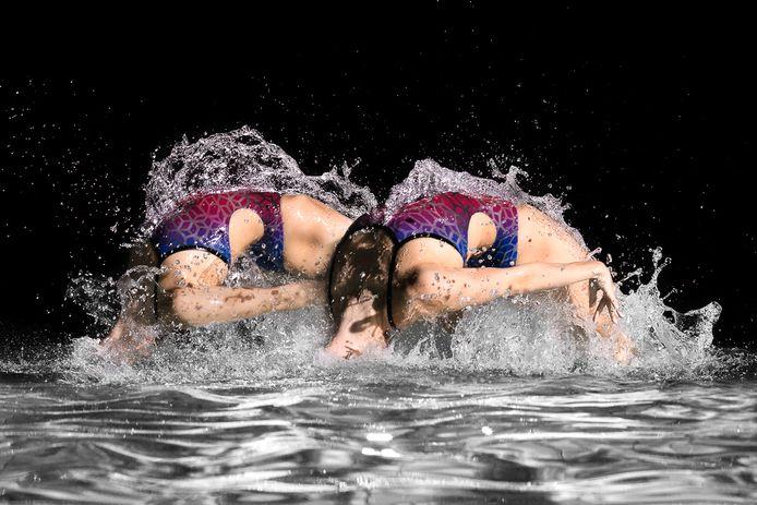 Olympische sporters geportretteerd: synchroonzwemsters Bregje en Noortje de Brouwer.