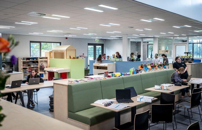 Het centrale middenplein in het nieuwe Zorg en Welzijn-paviljoen van het Commanderij College, locatie Doregraaf.