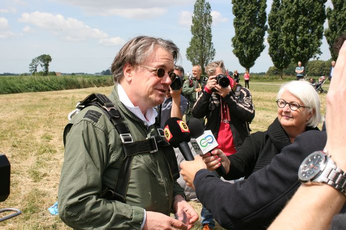 Commissaris van de Koning Wim van de Donk wordt bestormd na een mooie landing. Hij vond de tandemsprong een heel avontuur.