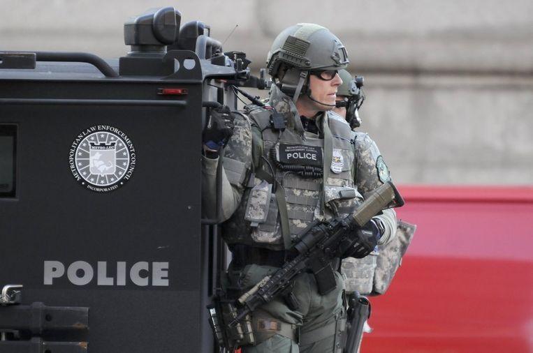 Een speciale SWAT-eenheid patrouilleert op Copley Square in Boston, vlakbij de plek waar de twee bommen afgingen. Beeld reuters