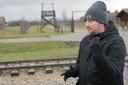 De foto van de Auschwitzarts die wijst met zijn duim, maakt indruk op Richard Hakkaart (56) en Ilona Keuris (53). Op de foto onder staan zij met gids Robin Rook bij de poort van het kamp.