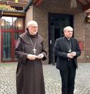 Bisschop Anders Arborelius van Stockholm (l) en zijn Rotterdamse confrater Hans van den Hende.