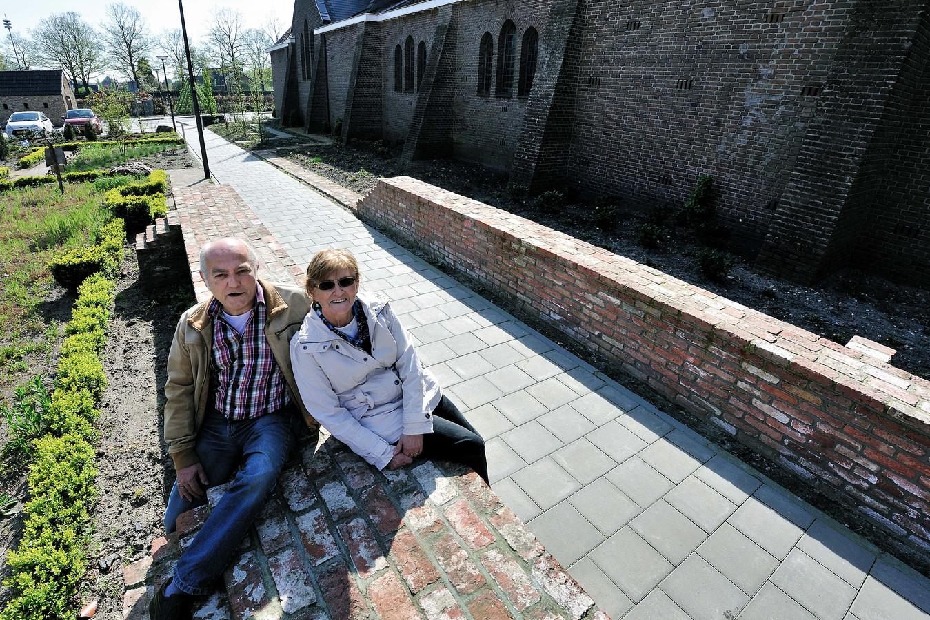 Huub Klaassen (l) vlakbij het graf van 'De vrome vrouwe' bij de Maria Hemelvaartkerk in Nispen.