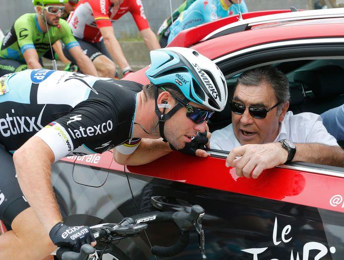 Mark Cavendish en conversation avec Eddy Merckx lors de la quatrième étape du Tour de France.
