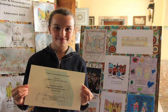 Yousra wint de hoofdprijs van de teken- en kleurwedstrijd van de Fiertel.