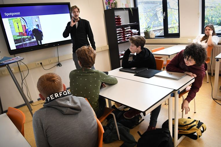 Les over de vrijheid van meningsuiting op een middelbare school.  Beeld Marcel van den Bergh / de Volkskrant