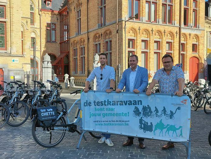 Schepen Klaas Verbeke, burgemeester Christof Dejaegher en gedeputeerde voor mobiliteit Jurgen Vanlerberghe bij de start van de campagne 'De testkaravaan komt naar jouw gemeente!' in Poperinge.