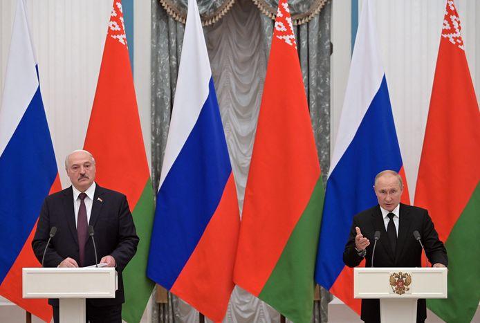 De Wit-Russische president Alexander Loekasjenko (links) en de Russische president Vladimir Poetin (rechts).