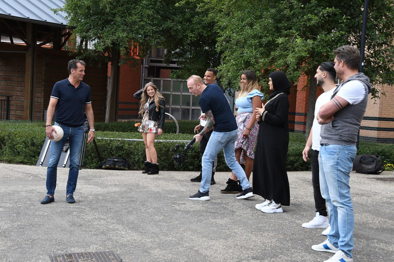 John de Bever, samen met zes jongeren met een verschillende culturele achtergrond op de filmset