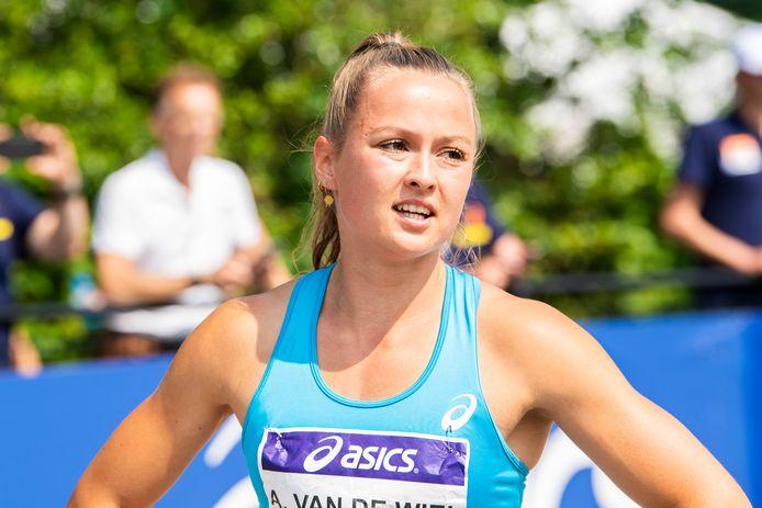 Anne van de Wiel na de 400 meter op de NK atletiek.